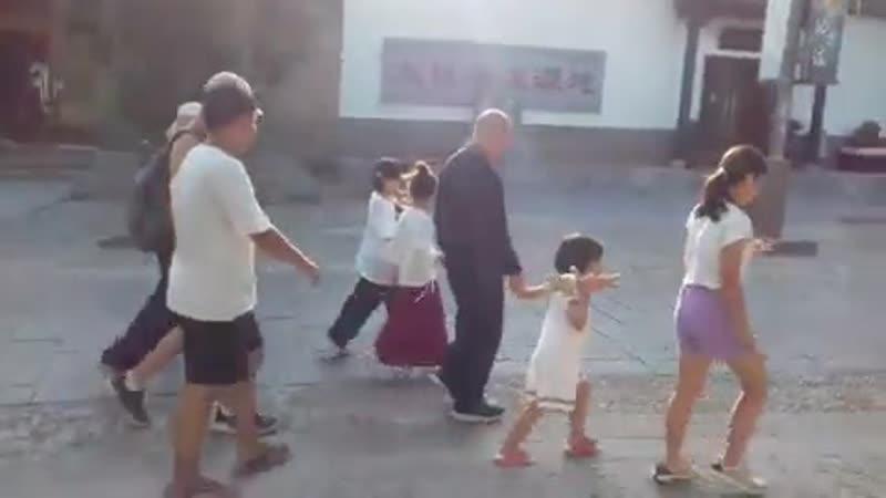 Chen ziqiang caminando en la aldea Chenjiagou junto a sus dos hijas, su hijo, y algunos e.mp4