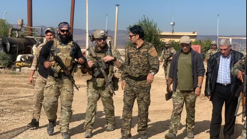 Патруль армии США осматривает нефтяные участки в Сирии.