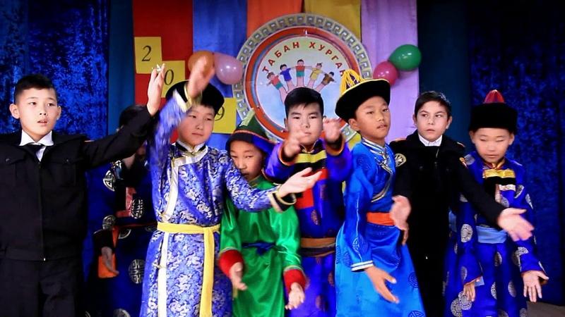 Кадеты танцуют ёхор в Кижингинской школе-интернат (Республика Бурятия).