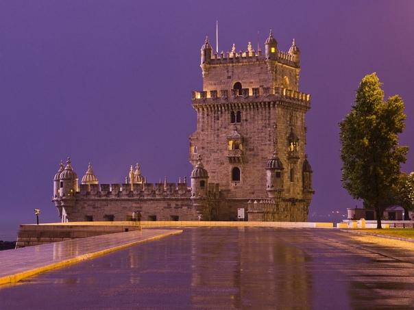 Замок Торре де Белем расположен на живописном берегу реки Тежу в столице Португалии, городе Лиссабоне