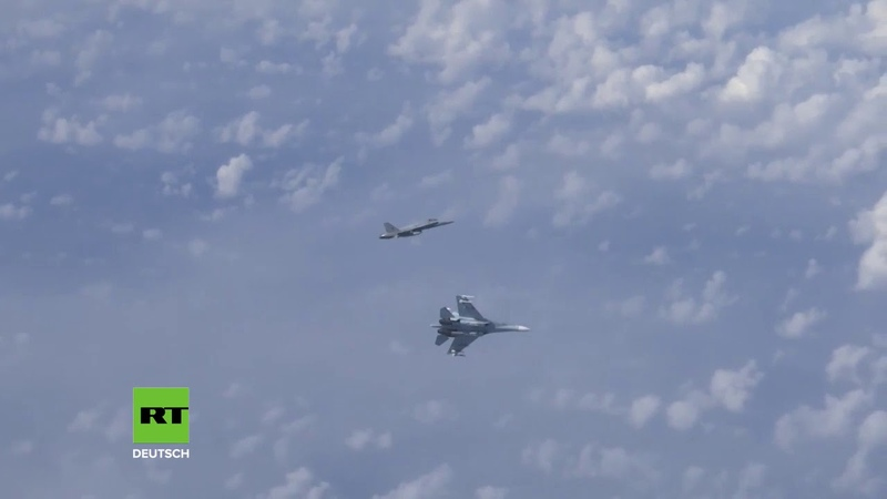Ostsee: Russische Su-27 vertreibt NATO-Kampfjet vom Flugzeug des russischen Verteidigungsministers
