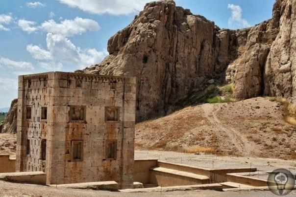 Древние гробницы Накше-Рустам. Все знают о египетских пирамидах и гробницах фараонов. Однако не каждый слышал о гробницах, которым уже более двух тысяч лет, расположенных в сердце Ирана, на