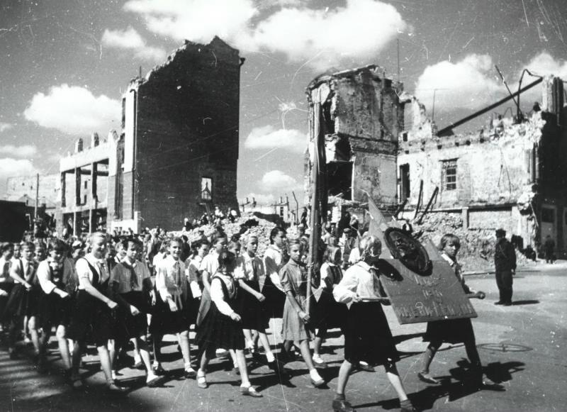 Пионерский парад в Сталинграде, 1945 год.