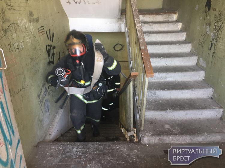 В Бресте состоялись соревнования спасателей: «Боевое развертывание на 20-ый этаж»