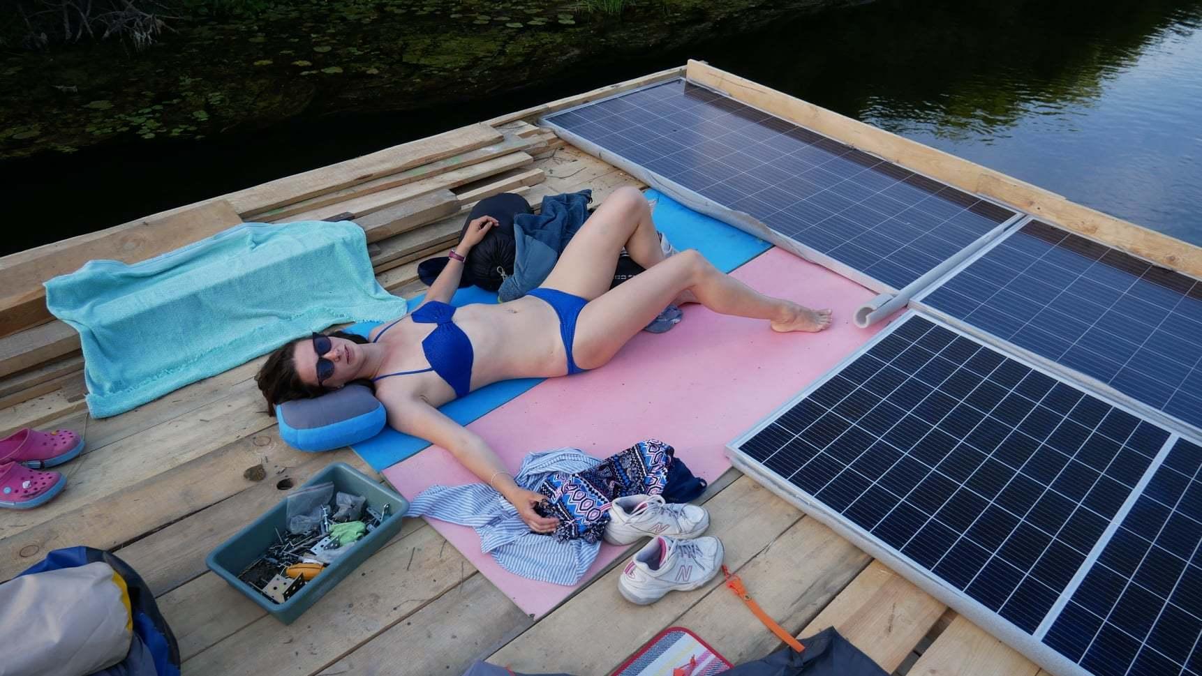 Сплав на двухпалубном плоту с солнечным приводом