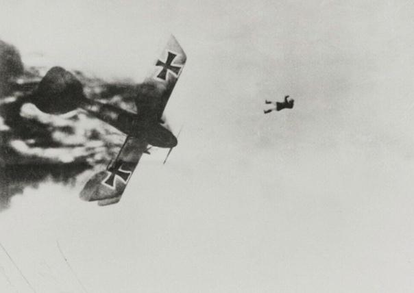 Немецкий лётчик выпал из горящего самолёта. Первая Мировая война, 1914-1918 гг. Парашютов ещё не было. Жуть