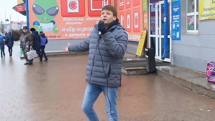 Эх хорошо поёт Жаль только на улице Настоящий талант