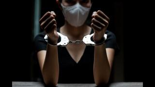 На женщину, которую полицейский протащили по полу МФЦ заведено уголовное дело за насилие над ними же