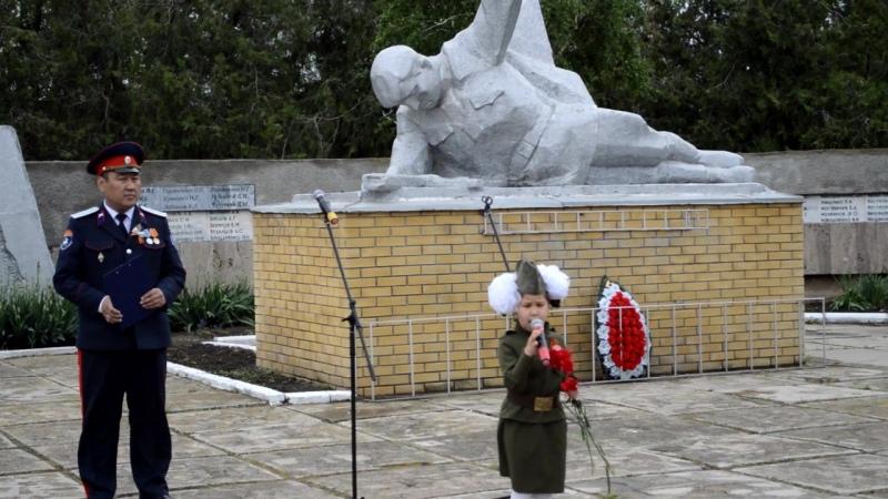 Айлана Назарова, ученица 2 класса МКОУ ГСОШ № 3, читает стихотворение М.Джалиля Варварство, 9 мая 2017 г. мемориал г.Городовик