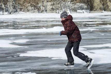 Специалисты службы спасения просят родителей детей и подростков напомнить им об опасности выхода на лёд водоёмов и объяснить правила безопасного поведения