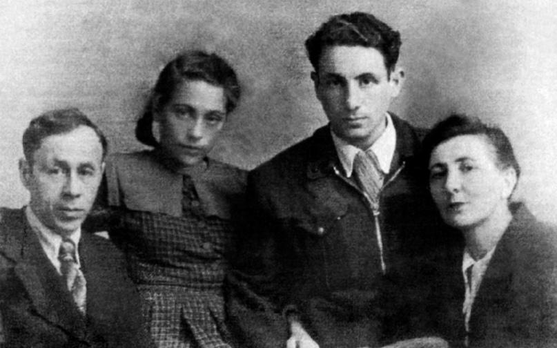 Людмила вместе семьёй (слева направо: папа Иосиф Неизвестный, Эрнст Неизвестный, мама Белла Дижур). 1950-е.