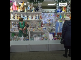 """Красноярская фабрика выпустила коллекцию новогодних шаров """"в масках"""""""