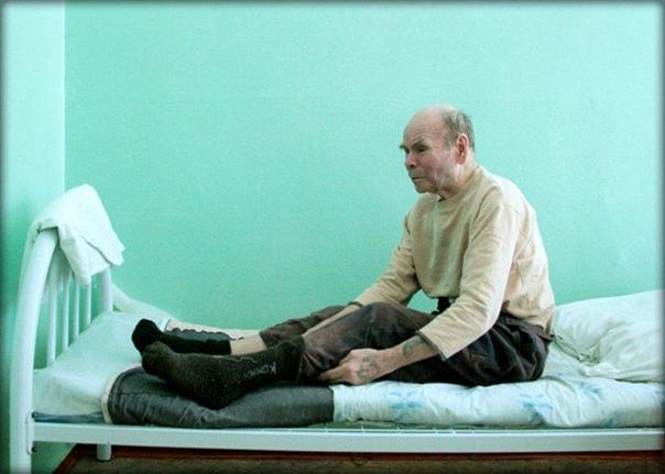 Глухой, навестивший больного. Как-то один глухой человек, узнав, что его сосед тяжело болен, решил, что навестить больного его священный долг. Но тут же он заколебался, так как понял, что из-за