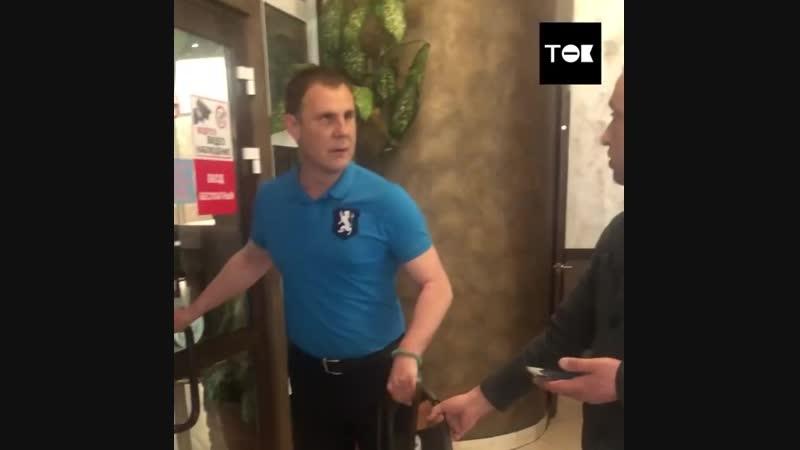 Последние 16 лет Юрий ничего не видит и ходит с собакой поводырем Однажды он пригласил девушку на свидание в кафе но в заведен
