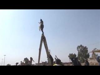Протестующие в Аль-Сальхии в Дейр-эз-Зоре вчера сняли флаг сирийского правительства и заменили его флагом SDF.