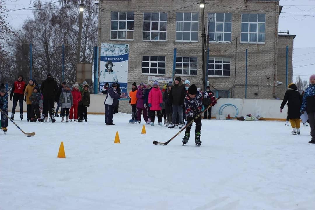 На ледовой площадке около Дома физкультуры Петровска прошли спортивные соревнования «Все на лёд!»