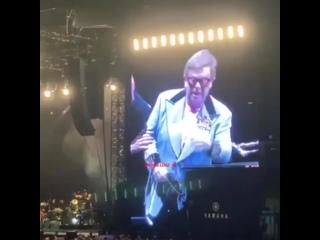 Элтон Джон потерял голос прямо  во время выступления. Уходя со сцены, он не смог сдержать слез
