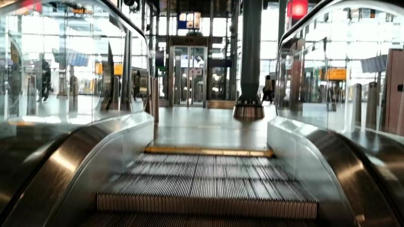 день почти безлюдный Schiphol аэропорт 2020 вирус