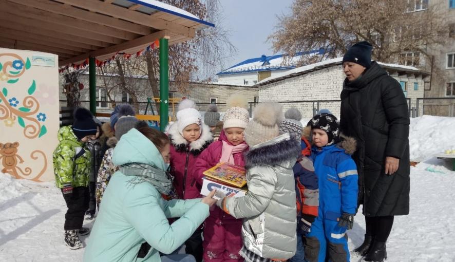 Студенты Петровского политеха подарили книги дошколятам