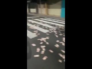 В Бразилии вооруженная банда совершила ограбление банка в городе Крисиума<br /><br />А перед тем, как покинуть его - раскидали