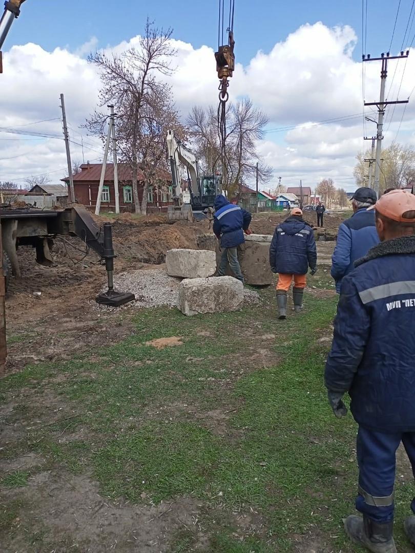 """Рабочие МУПа """"Петровское ЖКХ"""" ремонтируют участок канализационной сети"""