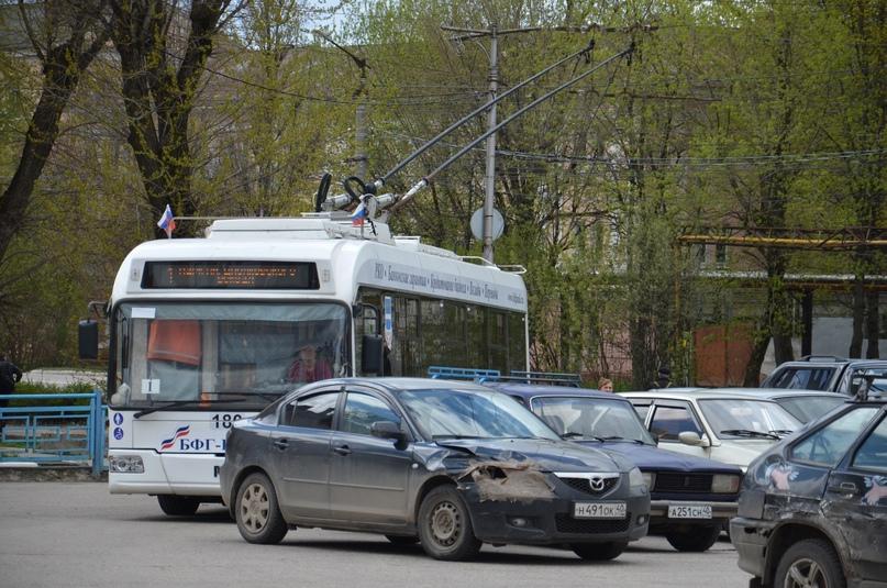 Вокзал Калуга-1. Припаркованные автомобили мешают проехать троллейбусу