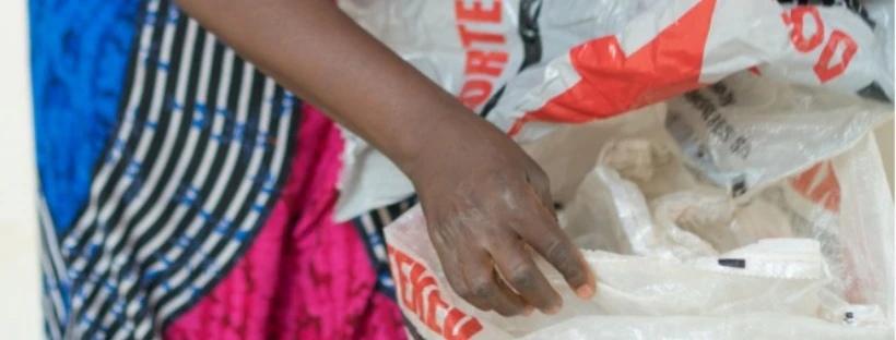 Le choix de sacs de riz recyclés dans l'atelier de Sunoogo