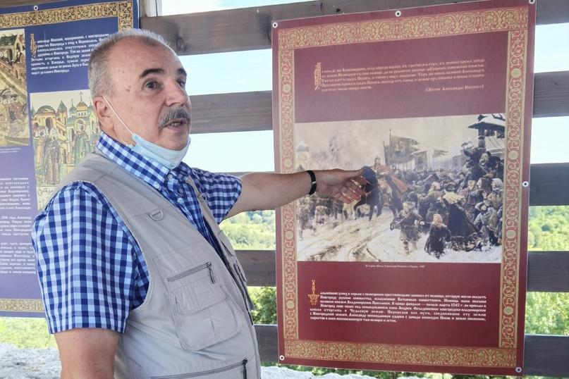 Экскурсовод Сергей Иванович проводит экскурсию по выставке «Александр Невский. Спаситель земли русской»
