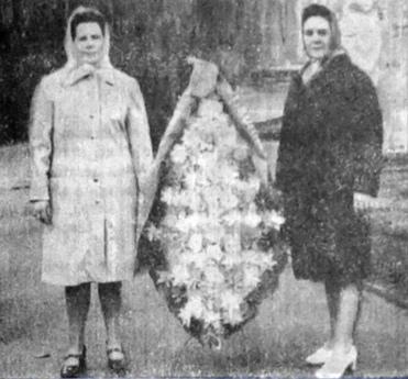 1976 г. От коллектива Дома быта венок к подножию монумента павшим воинам-землякам возлагают А.Г. Капустина и В.Н. Чупрунова