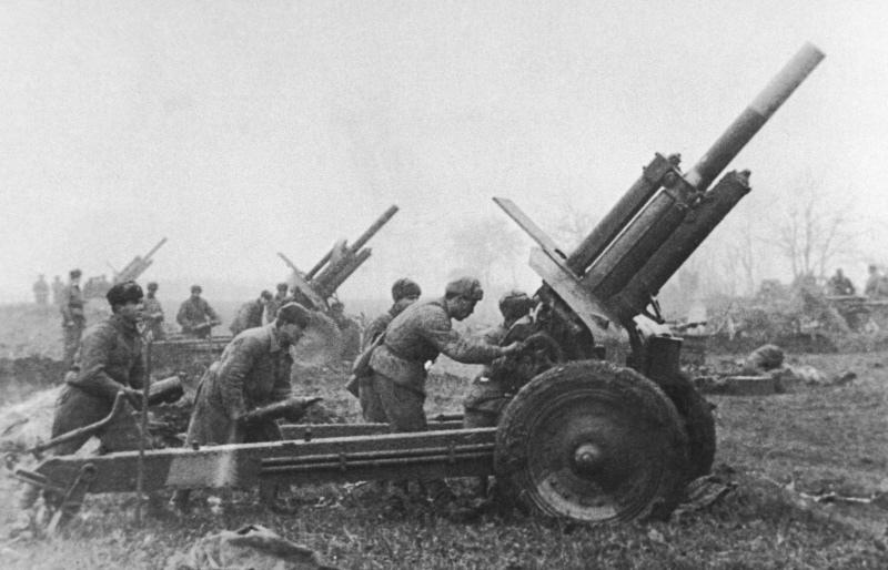 Огонь ведут гаубицы М-30. Венгрия, март 1945 года.