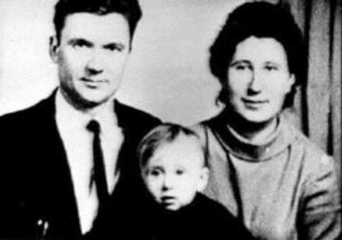 Вернулся Юрий Чикатило в 1989 году уже в Новочеркасск туда за время его отсутствия переехали родители Для получения там квартиры они фиктивно развелись. Дембель парень с друзьями хотел отметить