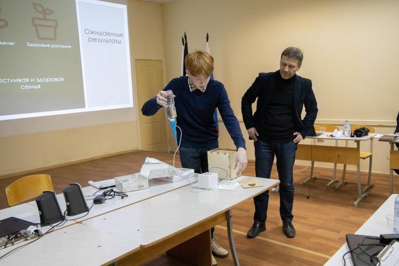 Иван Миронов демонстрирует работу системы умного полива комнатных растений
