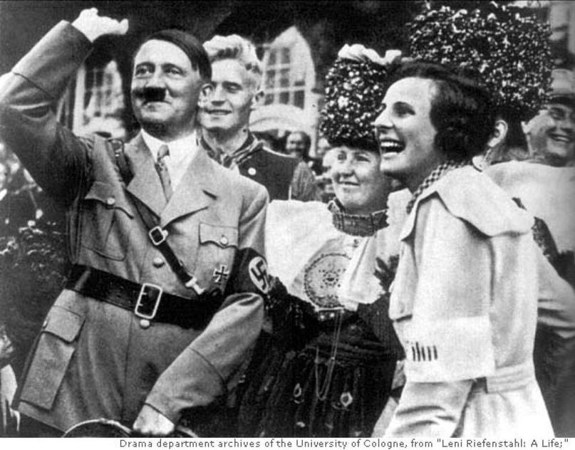 "Гитлер рядом с Лени Рифеншталь во время съёмки ""Триумфа Воли""."