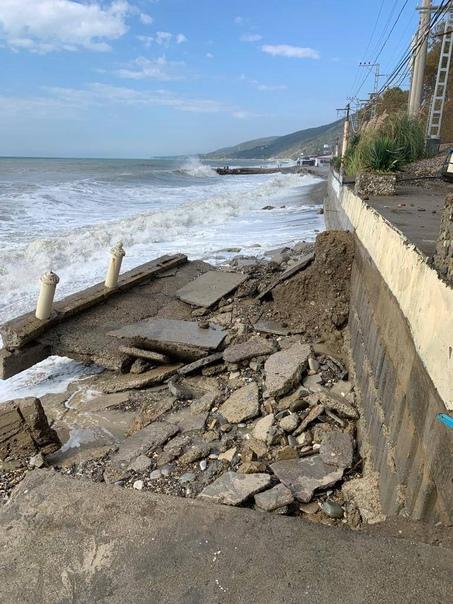 В Лазаревском сегодня смыло пляж... Сочи