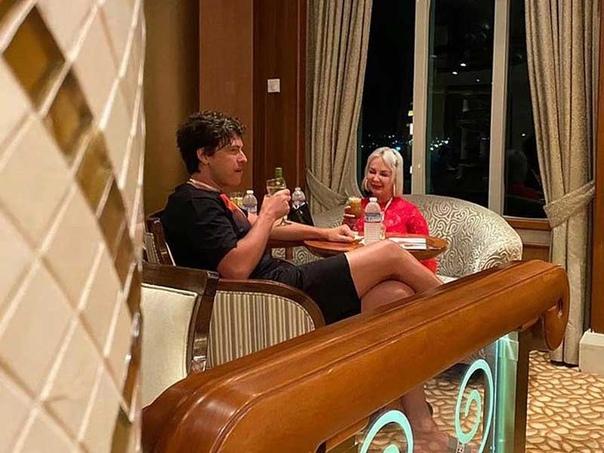 Прохор Шаляпин рассказал как у него завязались отношения с миллиардершей из Канады Она заказала его на корпоратив...Как вы считаете, стыдно ли такое поведение для