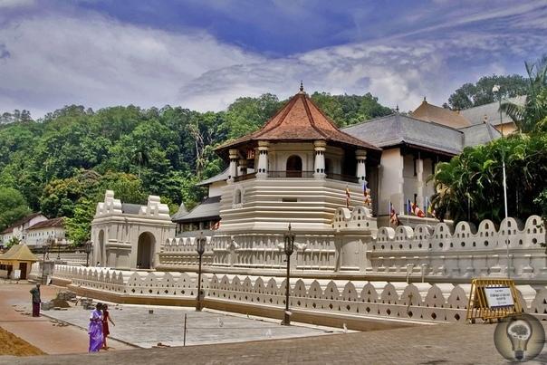 Храм Зуба Будды. Шри-Ланка. Канди. Шри Далада Малигава, также известный как Храм Святого Зуба, является буддийским храмом в городе Канди, Шри-Ланка. Он расположен в королевском дворцовом
