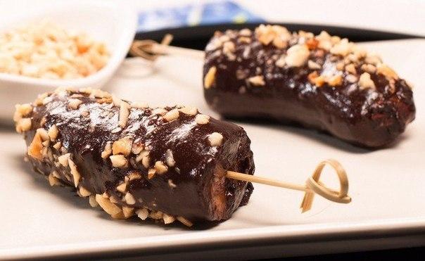Замороженные бананы в шоколаде. Ингредиенты:Банан 1 шт.Белый шоколад примерно 150 г Палочки для эскимо 4 шт.Бумага для выпечкиПриготовление:1. Разрезаем банан поперек, а потом каждую половинку
