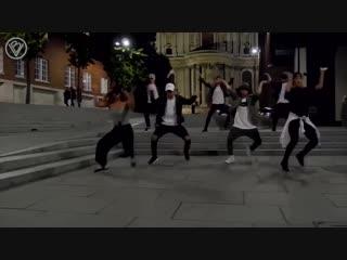 "Весь мир танцует под ""black or white"" - майкла джексона"
