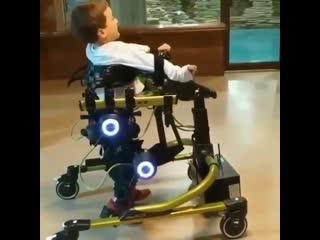Помощь при ходьбе для детей, котopые не могут ходить естественным образом
