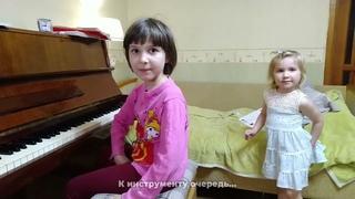 Ярослава (3 года) и Марианна (6 лет) Лемешкины. Обычный вечер...